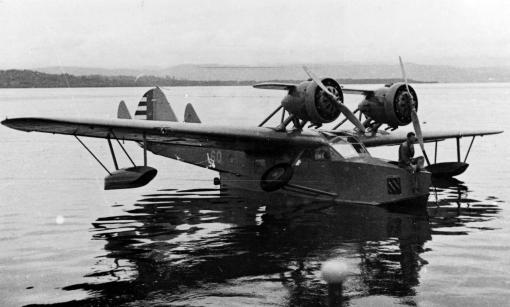 Douglas_OA-3_Dolphin_in_water_1930s.jpg